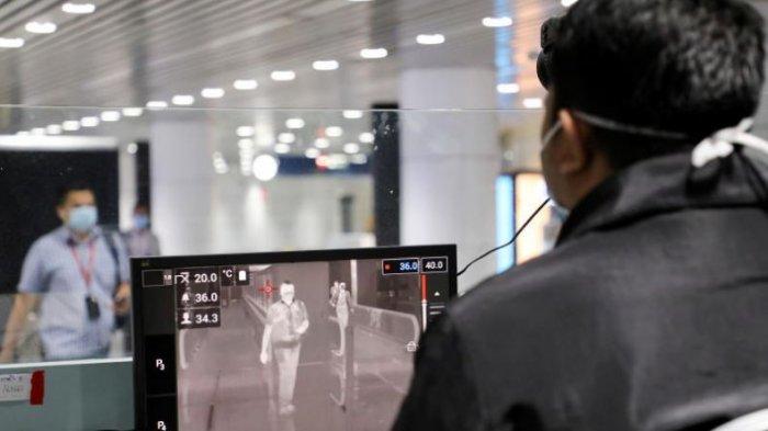 Petugas karantina kesehatan Malaysia menunggu penumpang di titik pemeriksaan termal di terminal kedatangan internasional, Bandara Internasional Kuala Lumpur, pada (10/32020). (Foto Reuters)