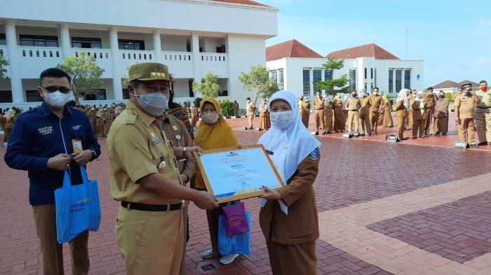 Penjabat Gubernur Kepulauan Riau atau Pj Gubernur Kepri Suhajar Diantoro saat menyerahkan penghargaan kepada para ASN yang masuki masa pensiun, Senin (22/2/2021).