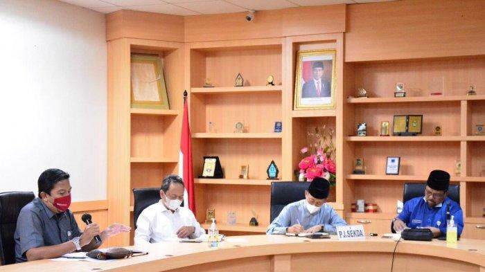 Pj Sekdaprov Kepri Lamidi mewakili Gubernur Kepri Ansar Ahmad saat memimpin Rapat Satgas Covid-19 Kepri untuk pemberian bantuan dasar kepada masyarakat di Dompak, Tanjungpinang, Jumat (16/7/2021).