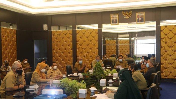 PJS BUPATI BINTAN - Penjabat sementara (Pjs) Bupati Bintan Buralimar memimpin rakor persiapan Gerakan Sejuta Masker di Kantor Bupati Bintan, Rabu (4/11/2020).