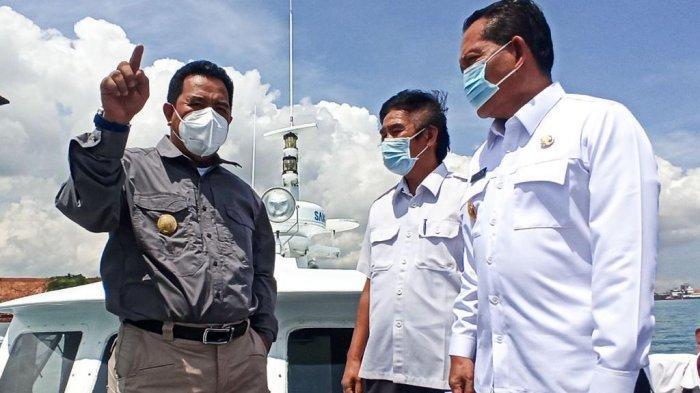 JEMBATAN BATAM BINTAN - Pjs Gubernur Kepri, Bahtiar didampingi Pjs Bupati Bintan, Buralimar dan Kadis PUPR Kepri, Abubakar berdiri di haluan kapal Kepri 01, melihat lokasi untuk pembangunan Jembatan Batam Bintan.