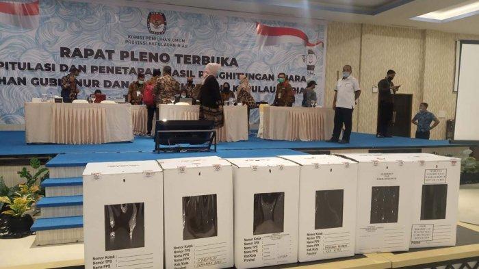 Hasil Pilkada Kepri, tim paslon SInergi dan INSANI menolak menandatangani berita acara hasil pleno KPU Kepri. Pleno pada Sabtu (19/12) mengumumkan paslon Ansar Ahmad dan Marlin Agustina sebagai pemenang Pilkada Kepri.