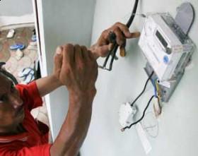 Petugas PLN sambungkan aliran listrik