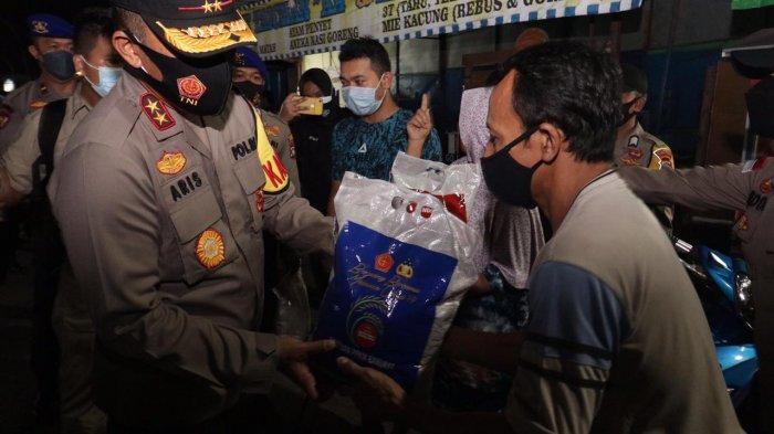 Kapolda Kepri Bagikan Sembako Door to Door ke Masyarakat Terdampak Pelaksanaan PPKM Darurat