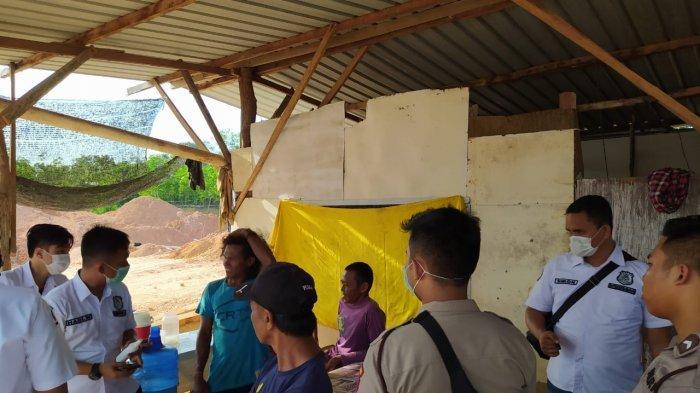 Anggota Subdit IV Ditreskrimsus Polda Kepri saat meminta keterangan pekerja di lokasi tambang pasir ilegal di Kelurahan Batu Besar,  Kecamatan Nongsa, Kota Batam, Provinsi Kepri, Selasa (31/3/2020).