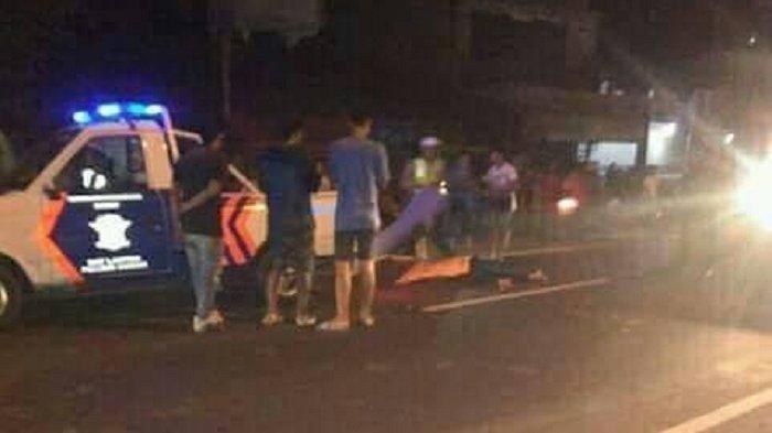 Polisi mendatangi lokasi kejadian, diduga pelaku jambret yang tewas terlindas truk.