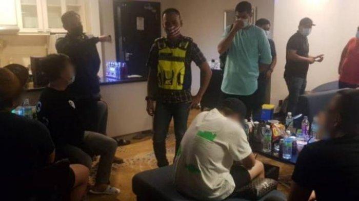 Polisi mengamankan seorang oknum dokter yang kedapatan menggelar pesta seks dan narkoba di sebuah apartemen di Jalan Conlay, Kuala Lumpur, Malaysia.