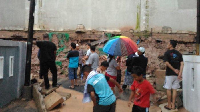 Warga Sempat Ketakutan, Tembok Pembatas Pollux Habibie Batam Roboh, Genangan Air Masuk Rumah Warga
