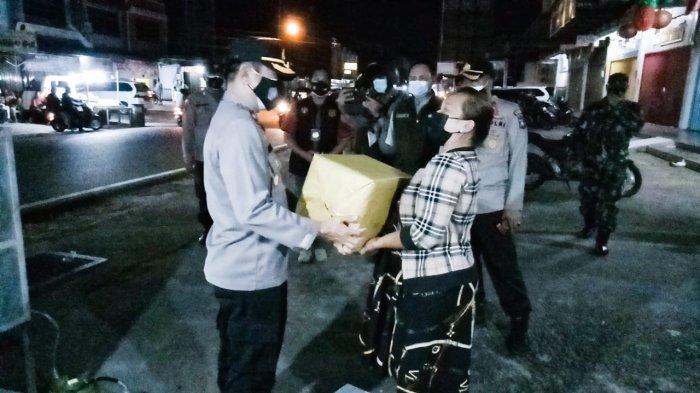 Polres Bintan Bagikan Sembako ke Warga Terdampak Covid-19 Sehari Jelang Idul Adha