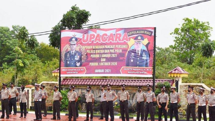 Foto personel Polres Bintan saat melaksanakan upacara di halaman Polres Bintan.