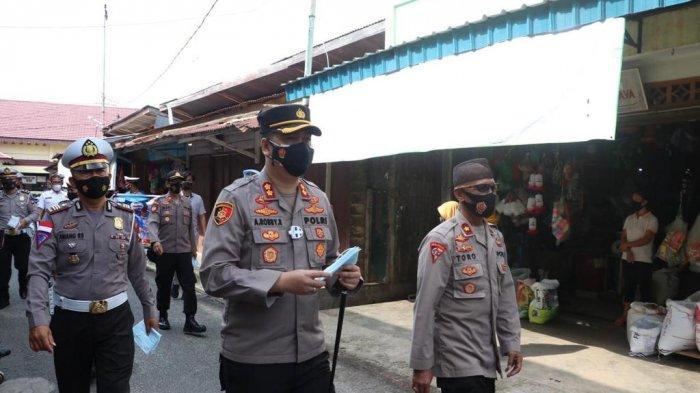 Polres Lingga bagikan masker ke Warga Dabo Singkep, Kabupaten Lingga, Selasa (20/4/2021).