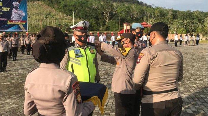 Wakapolres Lingga memimpin apel Operasi Keselamatan Seligi di Mapolres Lingga, Kecamatan Singkep, Kabupaten Lingga, Provinsi Kepri, Senin (12/4/2021).