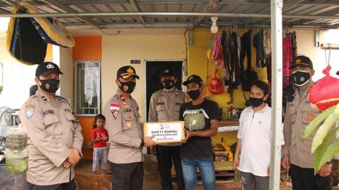 Pemberian Bantuan oleh personel Polresta Barelang kepada masyarakat Nongsa, Selasa (12/1/2021).