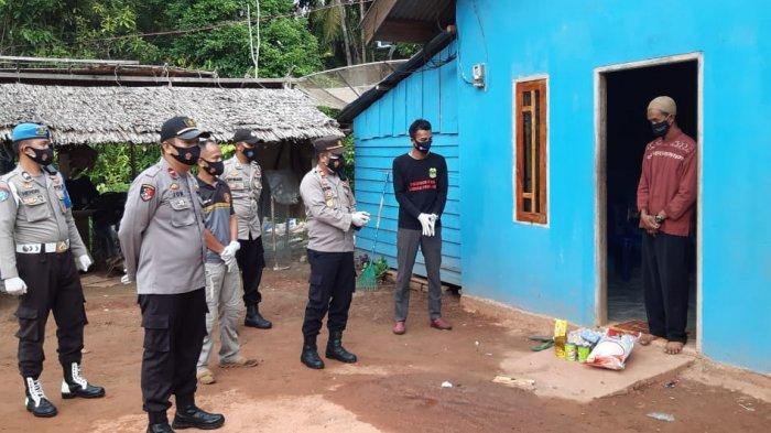 Polsek Daik serahkan bantuan sembako kepada pasien Covid-19 di Desa Belungkur, Kecamatan Lingga Timur, Kabupaten Lingga, Selasa (20/4/2021).