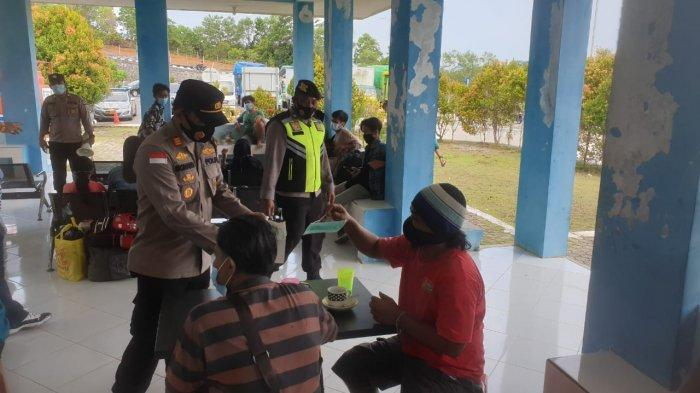 Wakapolsek Kawasan Pelabuhan Sri Bintan Pura Tanjungpinang membagikan 120 Masker di Pelabuhan Sri Payung KM 6 dan Pelabuhan Roro Dompak, Selasa, (6/4/2021).
