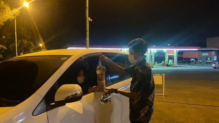 Barista Pom Coffee Room Sedang Mengantarkan Minuman Ke Mobil Pelanggan