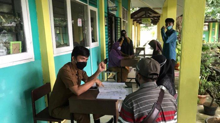 PPDB 2021 BINTAN - Orangtua calon peserta didik mendaftar langsung ke sekolah di SMA N 1 Toapaya Bintan, Senin (28/6/2021).