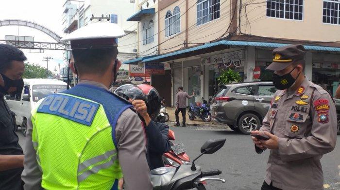 PPKM DARURAT TANJUNGPINANG - Petugas baik dari Kepolisian, TNI hingga Satuan Polisi Pamong Praja (Satpol PP) berjaga ketat di setiap titik termasuk juga di akses jalan menuju Pasar Baru, Kota Tanjungpinang, Senin (12/7/2021).