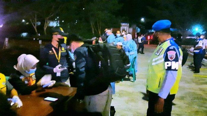 Penerapan PPKM di Natuna - Petugas kesehatan memeriksa penumpang KM Bukit Raya di Pelabuhan Selat Lampa, Sabtu (17/7) malam.