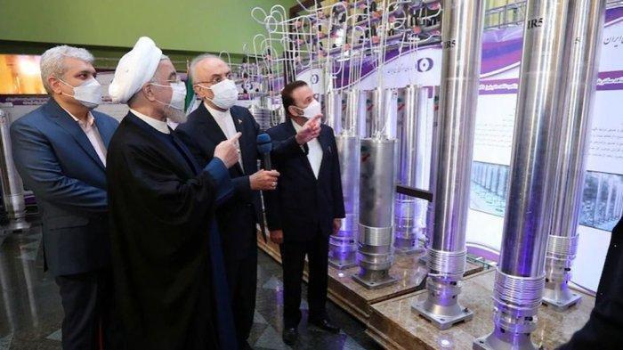 Presiden Iran Hassan Rouhani meninjau sentrifugal baru di Reaktor Nuklir Natanz, selatan Teheran, Sabtu 10 April 2021