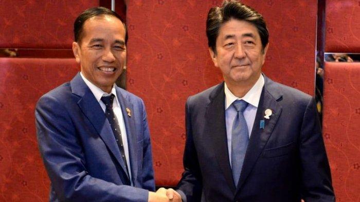 Presiden RI Joko Widodo (kiri) bersama Shinzo Abe (kanan) saat masih menjabat sebagai PM Jepang. (TWITTER @jokowi)