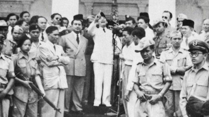 Presiden RI Pertama, Ir. Soekarno sedang berpidato di tengah-tengah rakyatnya.