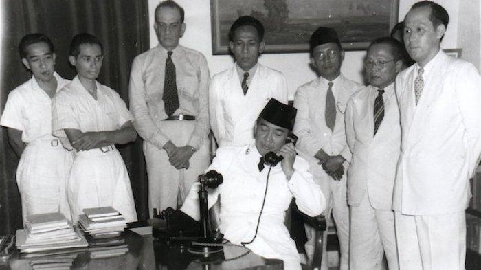 Presiden RI Soekarno bersama para pejuang ngumpul dalam suatu momen
