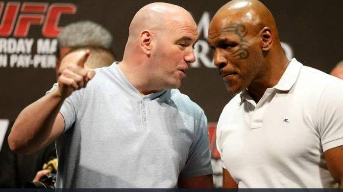 Presiden UFC Dana White (kiri) dan legenda tinju dunia Mike Tyson sedang berbincang