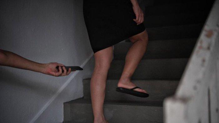 Foto Paha Wanita yang Pakai Rok Pendek, Pria Ini Sampai Berlutut Minta Maaf