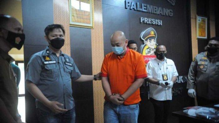 Tersangka JT saat dihadirkan dalam gelar perkara yang digelar di Polrestabes Palembang, Sabtu (17/4/2021).