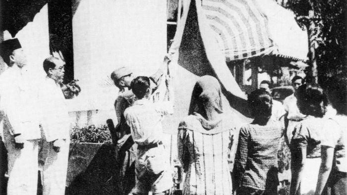 Mengejutkan! Inilah Alasan Pengibaran Bendera saat Proklamasi di Tiang Bambu, Meski Ada Tiang Besi!