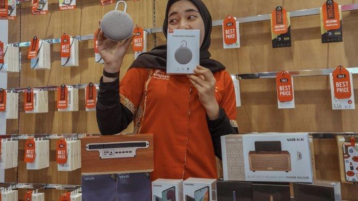 Promo Erafone Grand Batam Mall, Gratis Wireless Speaker untuk Ponsel Tipe Tertentu. Headstore Grand Batam Mall, Ayulia menunjukkan beberapa produk yang didiskon di toko Erafone, Rabu (27/1/2021).