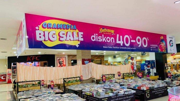 PROMO Gramedia Jelang Idul Fitri 1442 H, Harga Aneka Komik Hanya Rp 2.500 Saja. Foto koleksi sejumlah buku di Gramedia Batam lantai I BCS Mall.