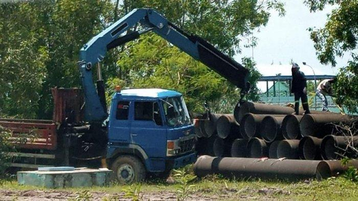 PEMINDAHAN PIPA ATB - Proses pemindahan pipa ATB dari WTP Duriangkang, Kota Batam, Provinsi Kepri.
