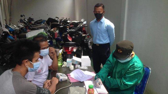 PENANGANAN COVID - Tahanan Kejari Bintan menjalani rapid test di Kantor Kejari Bintan, Selasa (27/10/2020). Rapid test dilakukan untuk mencegah penyebaran virus Corona di Bintan.