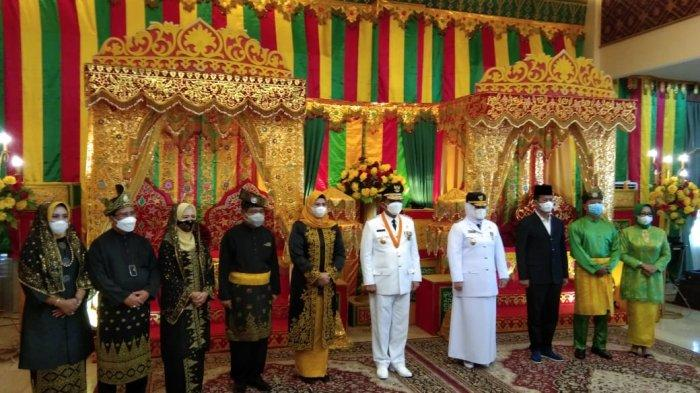 Prosesi tepuk tepung tawar adat Melayu dari LAM Kepri kepada Gubernur Kepri Ansar Ahmad dan Wakil Gubernur Kepri Marlin Agustina, Jumat, (26/2/2021)