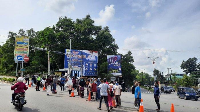 Sejumlah warga protes dengan pengalihan jalan di Kelurahan Melayu Kota Piring, Kecamatan Tanjungpinang Timur, Kota Tanjungpinang, Kepri, Kamis (12/8/2021).