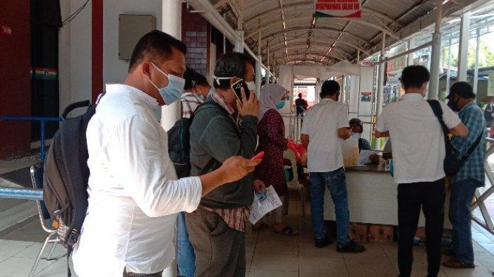 PROTOKOL KESEHATAN - Suasana pemeriksaan terhadap penumpang sekaligus mengecek penerapa protokol kesehatan di Pelabuhan Karimun, Selasa (11/12)
