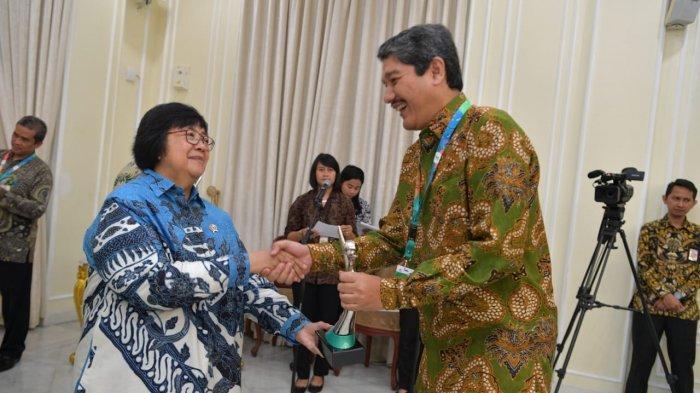 Direktur Operasi Produksi PT Timah Tbk, Alwin Albar menerima penghargaan dari Menteri Lingkungan Hidup dan Kehutanan Republik Indonesia, Siti Nurbaya.