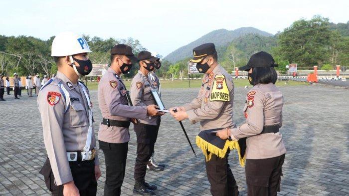 Dua Oknum Polisi di Lingga Pilih Tak Hadir, Dihentikan Tak Hormat Akibat Kasus Narkoba. Foto apel PTDH di Polres Lingga Kecamatan Singkep, Kabupaten Lingga, Sanin (8/2/2021).