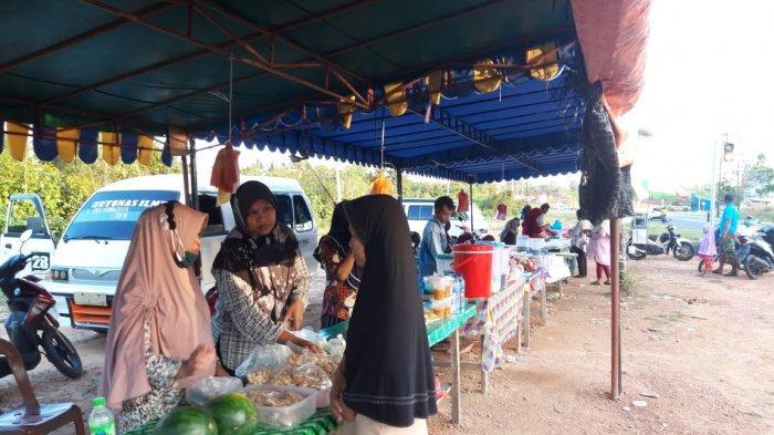 Warga membeli takji dan makanan berbuka puasa di Simpang Jalan Lintas Barat, Km 16, Toapaya Selatan, Kabupaten Bintan, Provinsi Kepri, Rabu (21/4/2021).