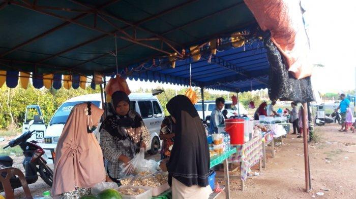 Ramadhan 2021 di Bintan, Pedagang Takjil Keluhkan Sepinya Pembeli, Imbas Pandemi. Foto warga membeli takji dan makanan berbuka puasa di Simpang Jalan Lintas Barat, Km 16, Toapaya Selatan, Kabupaten Bintan, Provinsi Kepri, Rabu (21/4/2021).
