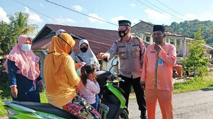 Ramadhan 2021 di Lingga, Tim Penggerak PKK Singkep Barat Bareng Polisi Berbagi Takjil