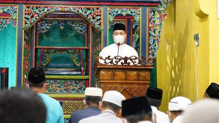 RAMADHAN 2021 Pertama Bupati Lingga, Salat Tarawih di Masjid Sultan Daik Bareng Istri