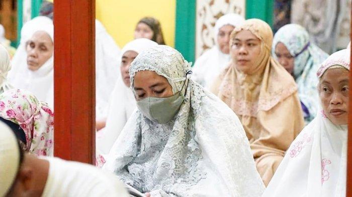 Ramadhan pertama di Masjid Sultan, Daik, Kecamatan Lingga, Senin (12/4/2021).