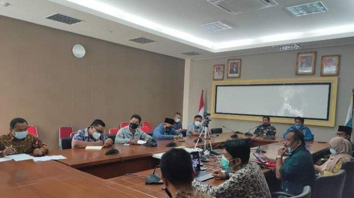Pemerintah Daerah bersama dengan Telkom menggelar rapat di lantai II, Kantor Bupati Pasir Peti, terkait koordinasi rencana pembangunan tower BTS sinyal 4G Telkomsel di Kabupaten Kepulauan Anambas.