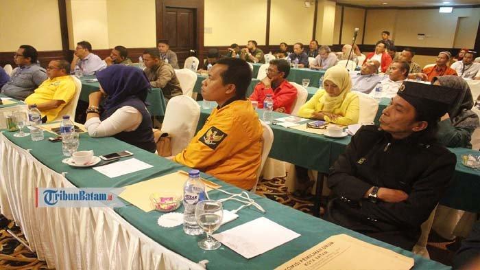 Perwakilan Parpol dalam rapat terbuka KPU Batam terkait Daftar Pemilih Hasil Perbaikan (DPSHP) di Hotel Harmoni One, Senin (20/8/2018)