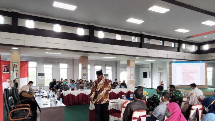 Wali Kota Tanjungpinang, Rahma saat memimpin rapat persiapan penerapan PPKM darurat, di kantor Wali Kota Tanjungpinang, Sabtu (10/7) sore kemarin.
