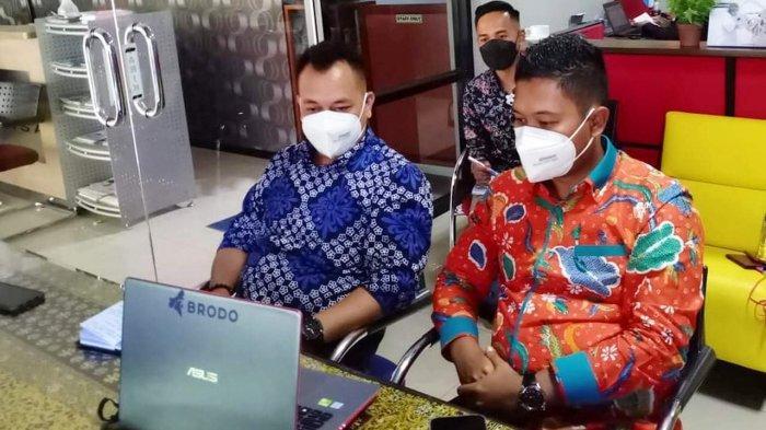 Bupati dan Wakil Bupati Lingga, Muhammad Nizar dan Neko Wesha Pawelloy saat menggelar rapat koordinasi secara virtual bersama OPD Kabupaten Lingga, Senin (8/3/2021).