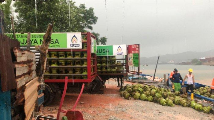 Ratusan tabung gas elpiji 3 kg yang diamankan Polsek KKP Batam di salah satu pelabuhan rakyat di kawasan Sekupang, Sabtu (17/4/2021).